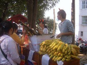 两只小牛卖水果。
