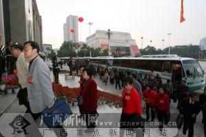 自治区政协委员抵达会场。